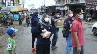 Camat dan Karang Taruna Dusun Tengah Berbagi Takjil