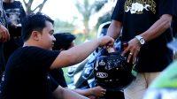 """PUTAR HELM: Member komunitas motor dari Team Bungas yang berkolaborasi dengan Sesama Movement menggelar aksi donasi patungan """"putar helm"""" untuk gerakan Ride For Care - Foto: Sesama Movement"""