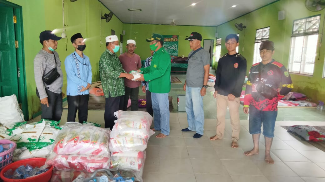 Relawan Peduli Bencana Banjir Serahkan Bantuan Sembako di Pengungsian