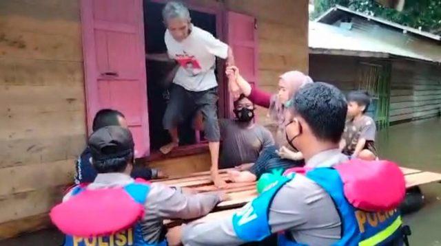 Encek Bohay Berhasil Membujuk Kakek untuk Dievakuasi dari Rumah yang Terkepung Banjir