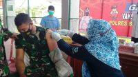 Anggota TNI pun Meringis Ketika Disuntik Vaksin